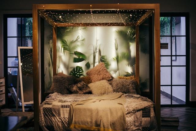 спалня с дървена рамка, много възглавници огледало