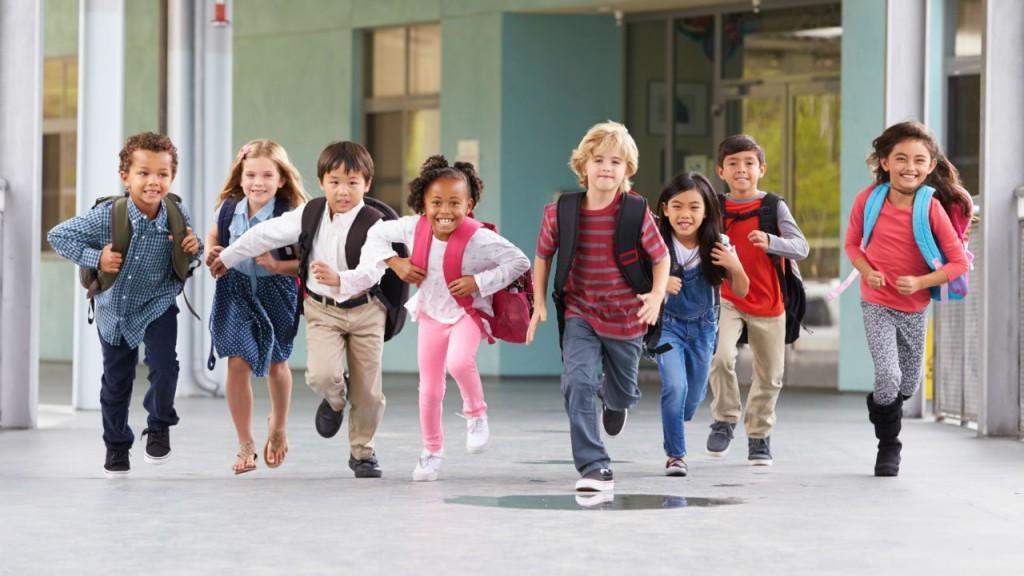 С деца на училище